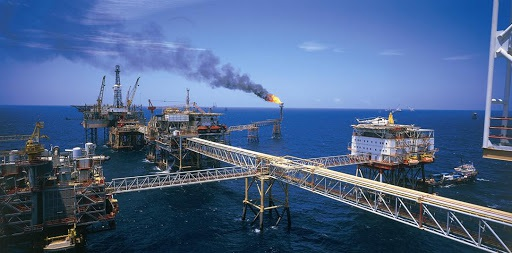 Vì sao giá dầu thế giới tăng sốc, Việt Nam vẫn xuất giá rẻ, cắt sản lượng?