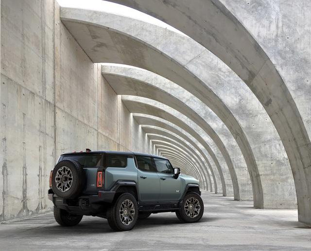 Hummer EV SUV mỗi lần sạc điện chạy được gần 500km - 14