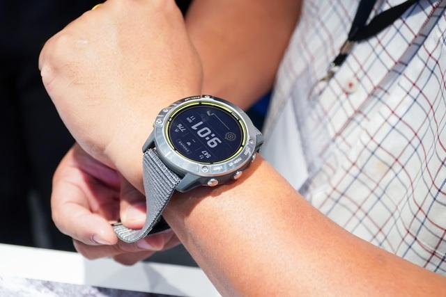 Smartwatch pin 65 ngày, giá 20 triệu đồng về Việt Nam - 4