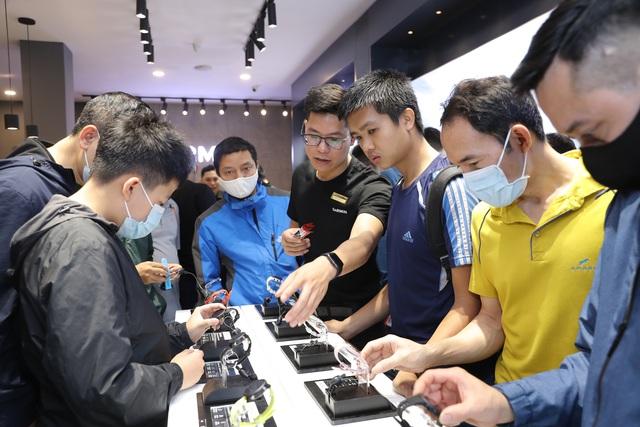 Smartwatch pin 65 ngày, giá 20 triệu đồng về Việt Nam - 9