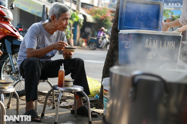 Quán cháo huyết 5000 đồng làm ấm lòng lao động nghèo - 8