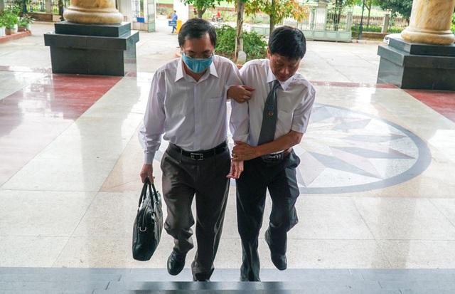 Cựu Bộ trưởng Vũ Huy Hoàng được dìu đến tòa với dáng vẻ mệt mỏi - 1