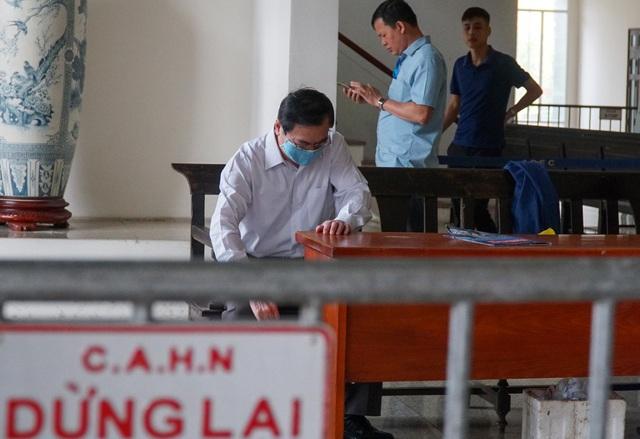 Cựu Bộ trưởng Vũ Huy Hoàng được dìu đến tòa với dáng vẻ mệt mỏi - 2