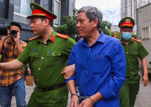 Cựu Bộ trưởng Vũ Huy Hoàng được dìu đến tòa với dáng vẻ mệt mỏi - 3