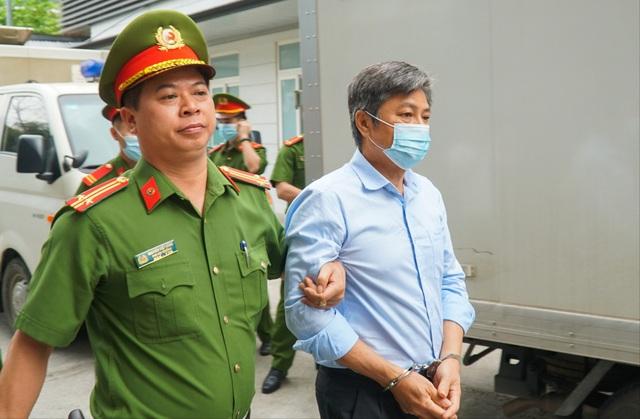 Cựu Bộ trưởng Vũ Huy Hoàng được dìu đến tòa với dáng vẻ mệt mỏi - 4