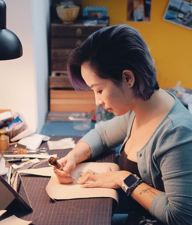 Bỏ lương nghìn đô, cô gái Hà Nội khởi nghiệp với nghề điêu khắc da bò - 1