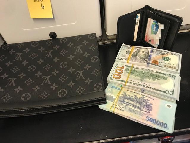 Khách đi máy bay bỏ quên chiếc ví hàng hiệu chứa rất nhiều tiền USD - 1