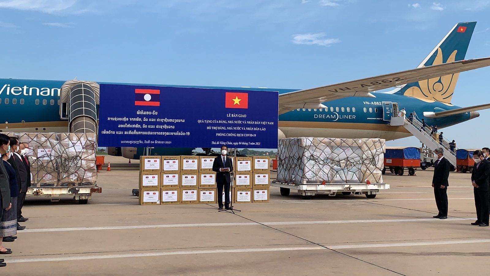 Cận cảnh chuyến bay chở trang thiết bị y tế của Việt Nam hỗ trợ Lào