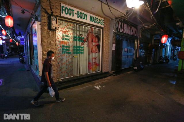 Sau vụ xử phạt karaoke trá hình, loạt phố massage ở TP.HCM đóng cửa im lìm - 7