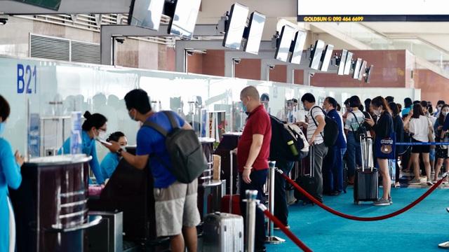 Nhiều người bị phạt nặng tại sân bay Nội Bài vì không đeo khẩu trang