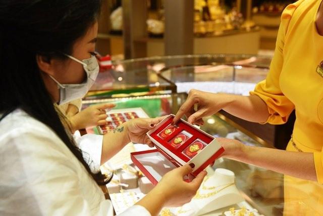 Giá vàng sụt giảm từ đỉnh cao 3 tháng, áp lực bán tháo