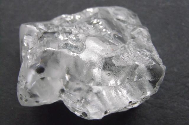 Lại phát hiện viên kim cương trắng khủng 370 carat - 1