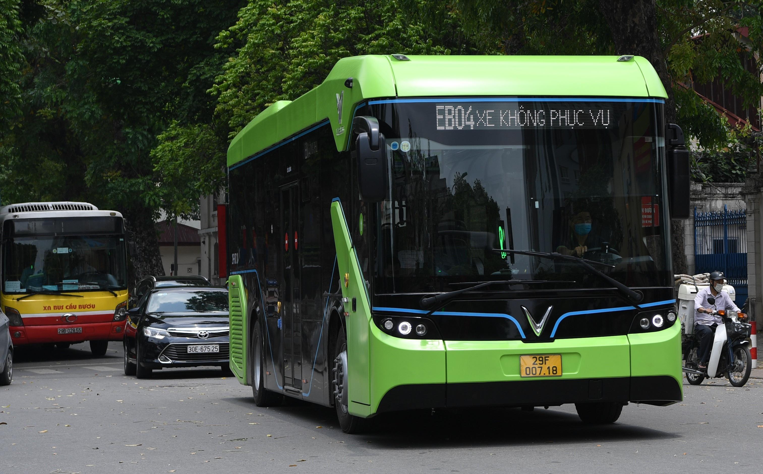 Xe buýt điện VinBus chạy thử nghiệm trên phố Hà Nội, bắt đầu với 3 tuyến
