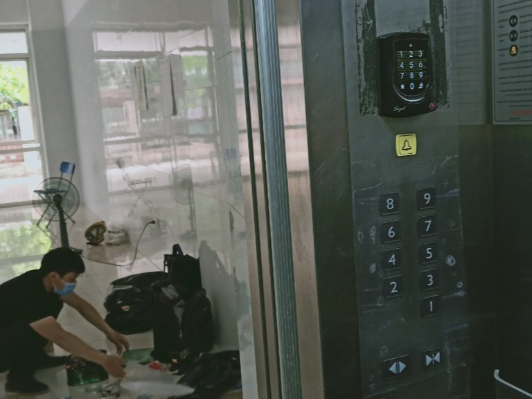 Sợ Covid-19, dân ở chung cư trang bị camera đo thân nhiệt, quẹt thẻ hạn chế