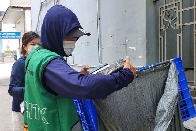 Hà Nội: Đội nắng 40 độ C, shipper làm không hết việc - 2