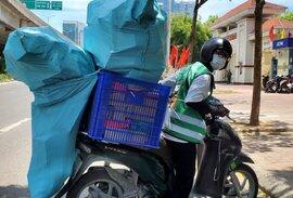 Hà Nội: Đội nắng 40 độ C, shipper làm không hết việc
