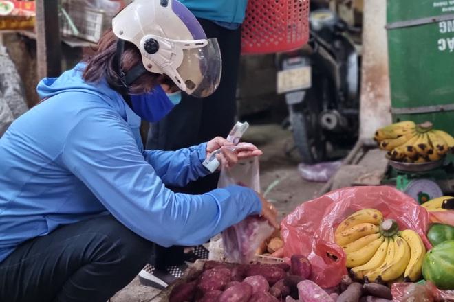 Hội chị em đi chợ giúp người dân khu phong tỏa: Bà con cần gì cứ order! - 3