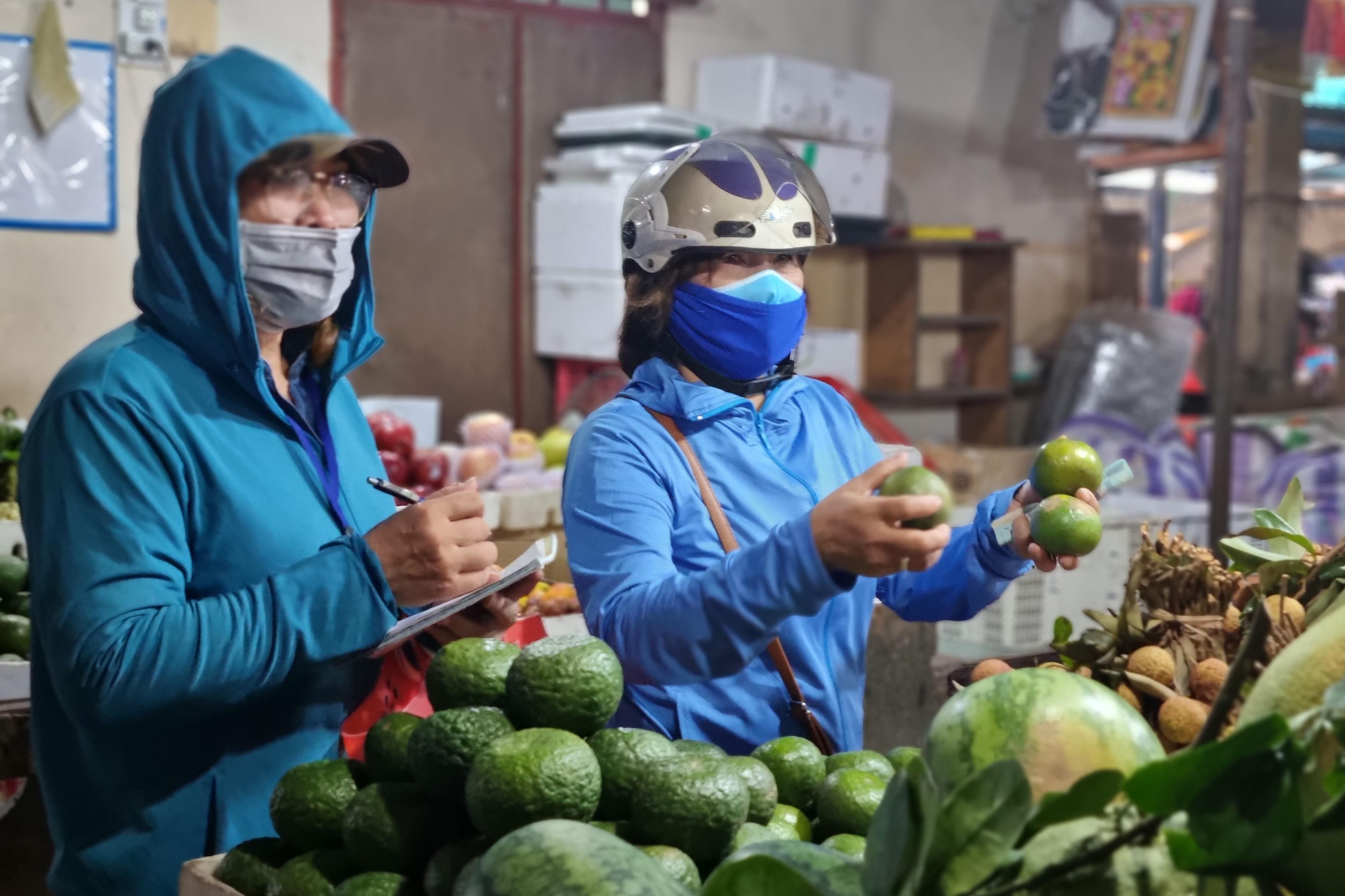 Hội chị em đi chợ giúp người dân khu phong tỏa: Bà con cần gì cứ