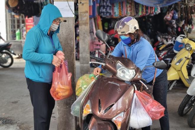 Hội chị em đi chợ giúp người dân khu phong tỏa: Bà con cần gì cứ order! - 4