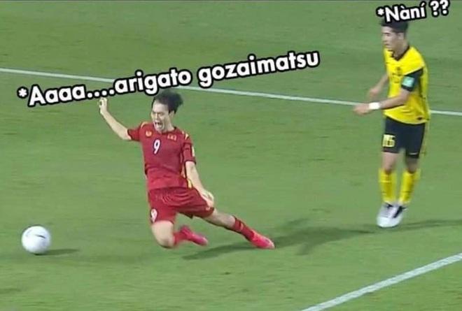 Tranh thủ tương tác fan Malaysia, Văn Toàn ra mắt mẫu áo in cú ngã penalty - 2