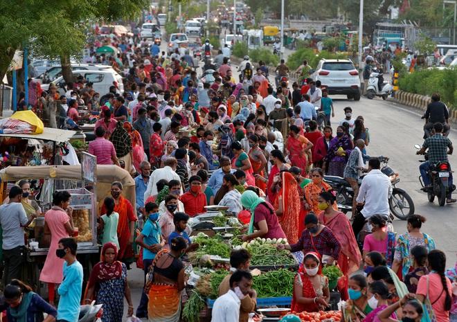 Vừa dỡ phong tỏa, người Ấn Độ chen nhau đi mua sắm - 1