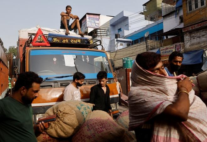 Vừa dỡ phong tỏa, người Ấn Độ chen nhau đi mua sắm - 2