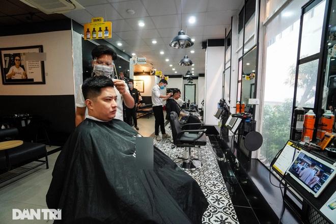 Tiệm làm tóc ngày trở lại: Chủ đếm tiền mỏi tay, khách gọi cháy máy - 1