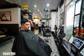 Tiệm làm tóc ngày trở lại: Chủ đếm tiền mỏi tay, khách gọi