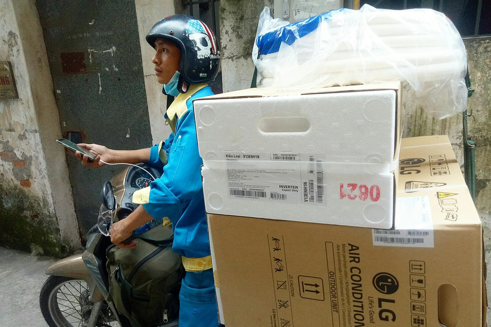 Nắng nóng ở Hà Nội: Thợ lắp điều hòa thu tiền triệu mỗi ngày