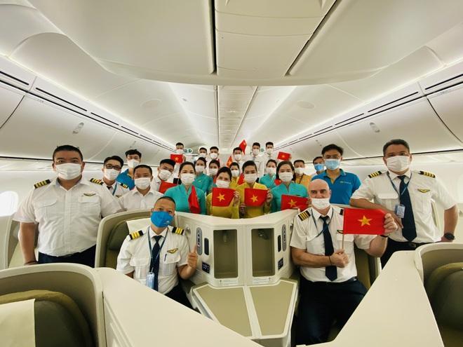 Chuyến bay thẳng khứ hồi kéo dài 36 tiếng đưa 240 người Việt từ Mỹ về nước - 6