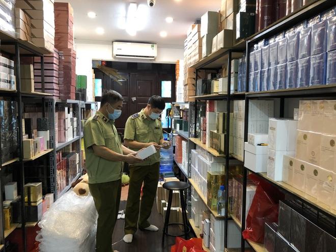 Đột kích shop nước hoa lớn ở Hà Nội, thu giữ vài nghìn chai Dior, Gucci - 1