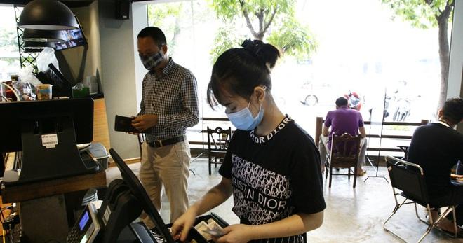 Hà Nội: Đông khách, nhân viên chạy bàn kiêm thu ngân sau ngày nới lỏng… - 1