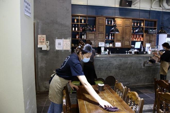 Hà Nội: Đông khách, nhân viên chạy bàn kiêm thu ngân sau ngày nới lỏng… - 3