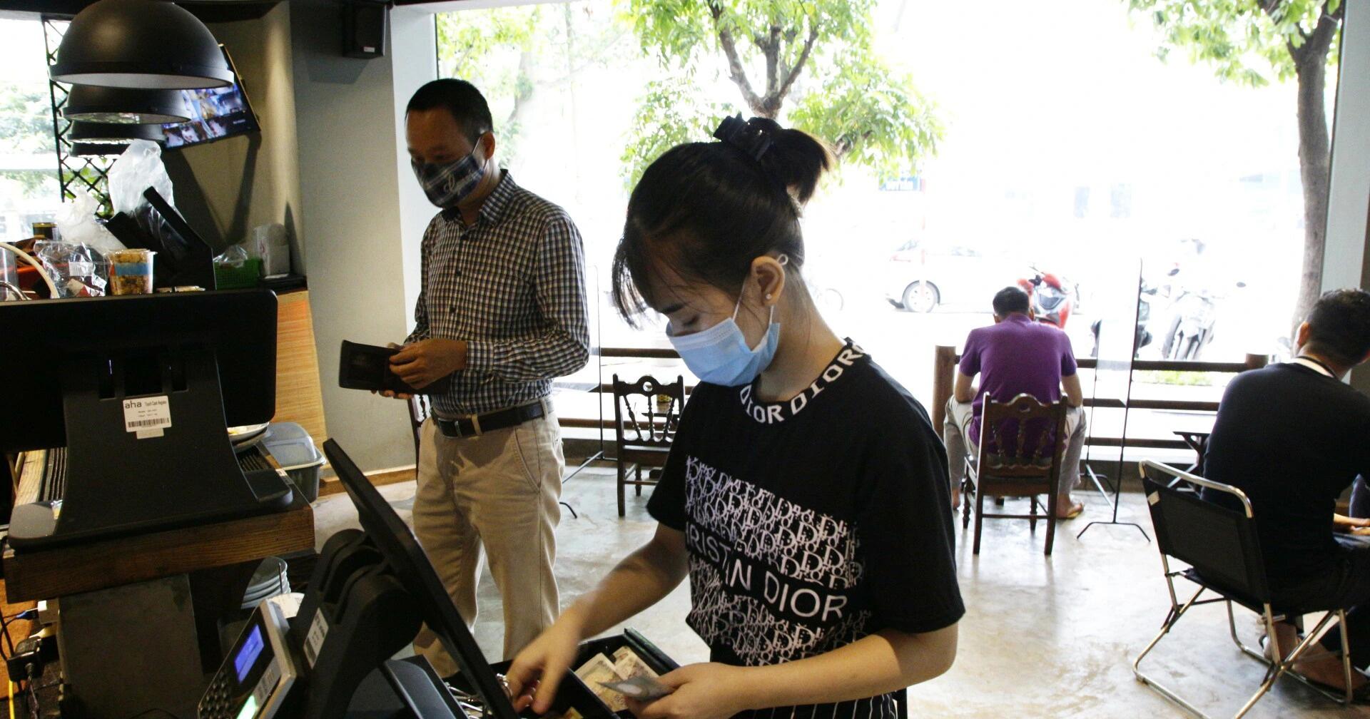 Hà Nội: Đông khách, nhân viên chạy bàn kiêm thu ngân sau ngày nới lỏng…