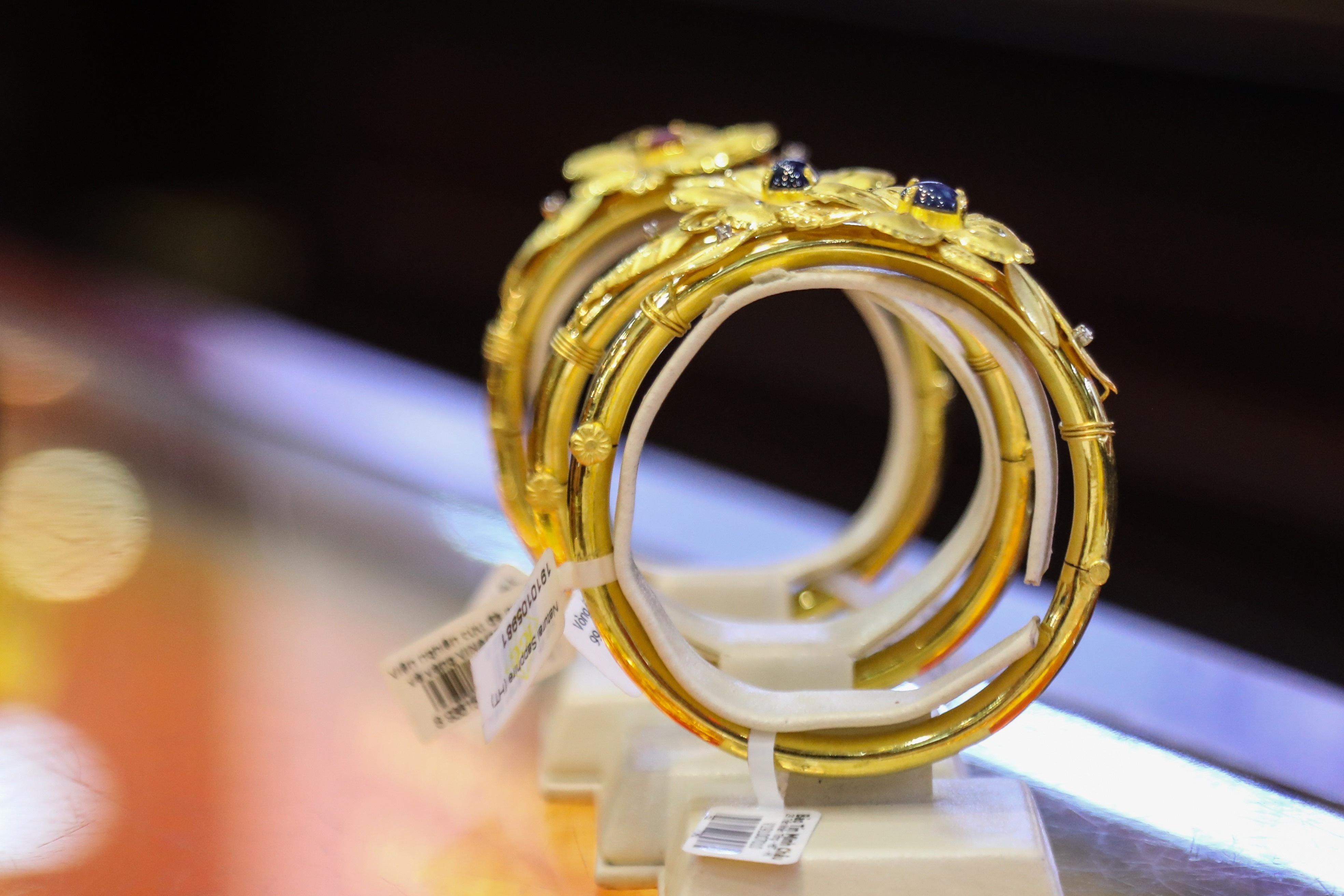 Giá vàng sụt giảm khi vừa vọt lên 1.817 USD/ounce