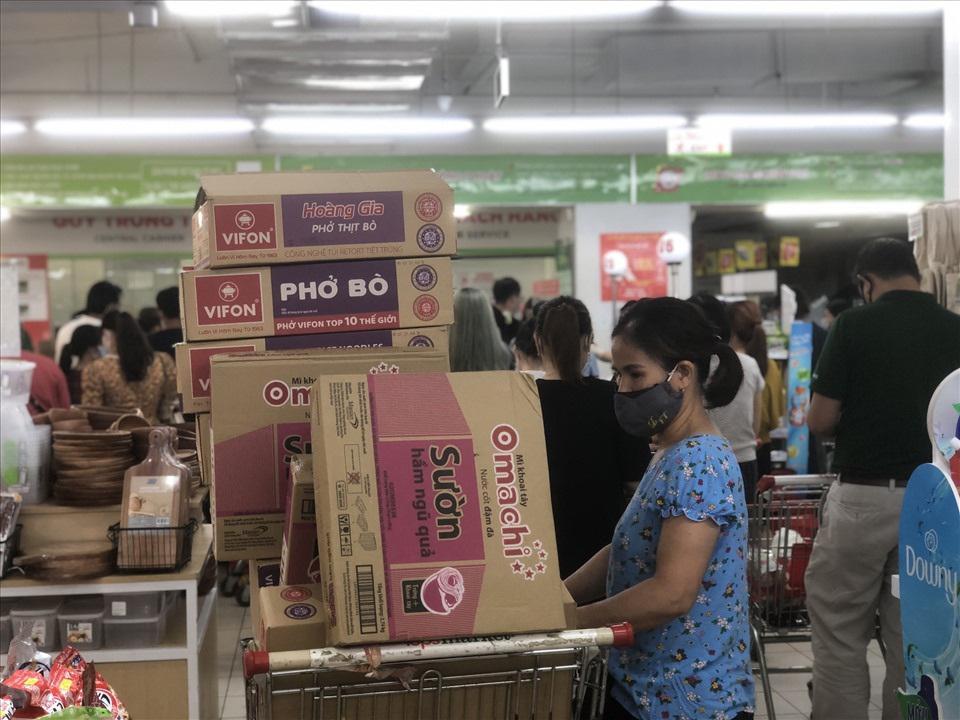 Siêu thị lại đông, Hà Nội khẳng định đủ hàng, người dân không cần dự trữ