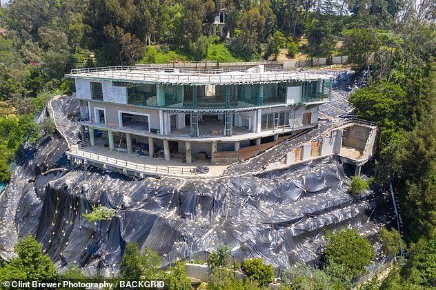 Thấp thỏm sống bên dinh thự khủng cơi nới nghìn m2 trái phép trên đỉnh đồi