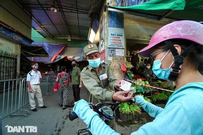Hà Nội: Người dân lần đầu đi chợ bằng phiếu chẵn, lẻ - 1