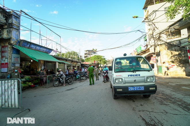 Hà Nội: Người dân lần đầu đi chợ bằng phiếu chẵn, lẻ - 2