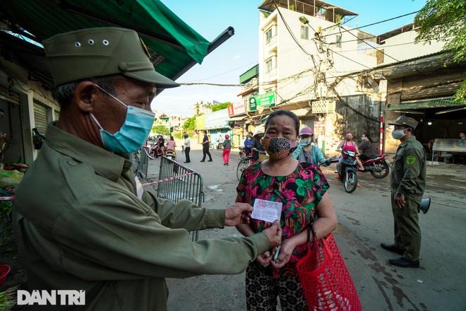 Hà Nội: Người dân lần đầu đi chợ bằng phiếu chẵn, lẻ - 3