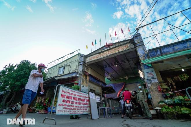Hà Nội: Người dân lần đầu đi chợ bằng phiếu chẵn, lẻ - 4