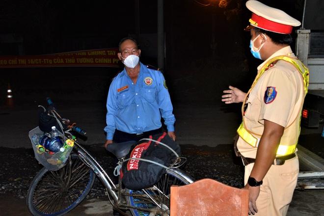 Bác bảo vệ thất nghiệp, đạp xe 3 ngày từ TPHCM về Sóc Trăng tránh dịch - 2