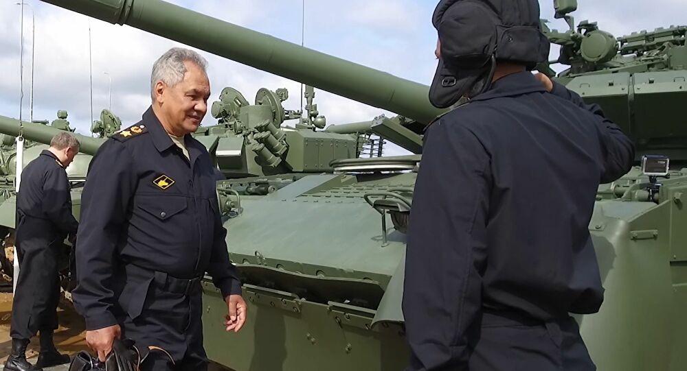 Bộ trưởng Quốc phòng Nga lái xe tăng thị sát đường đua Army Games 2021