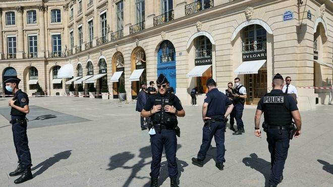 Số trang sức trị giá 10 triệu euro bị cướp giữa trung tâm Paris - 1