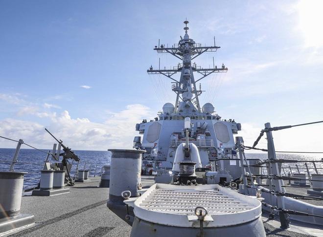 Tàu chiến Mỹ áp sát đá Vành Khăn - 1