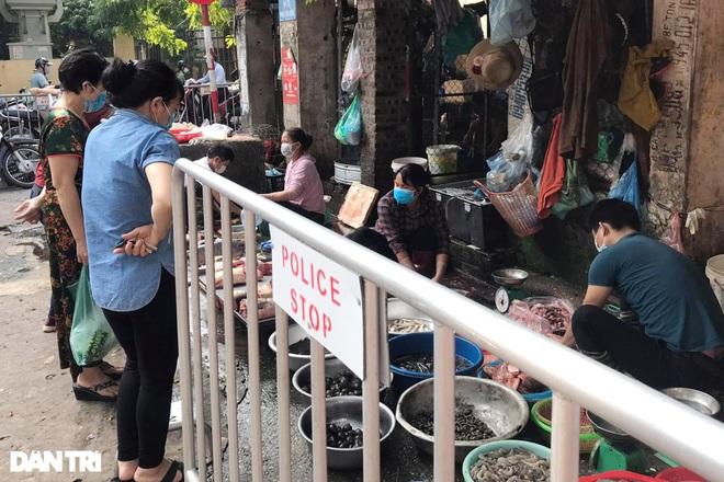 Hà Nội nới lỏng giãn cách, chợ dân sinh nhộn nhịp, tiểu thương phấn khởi - 2