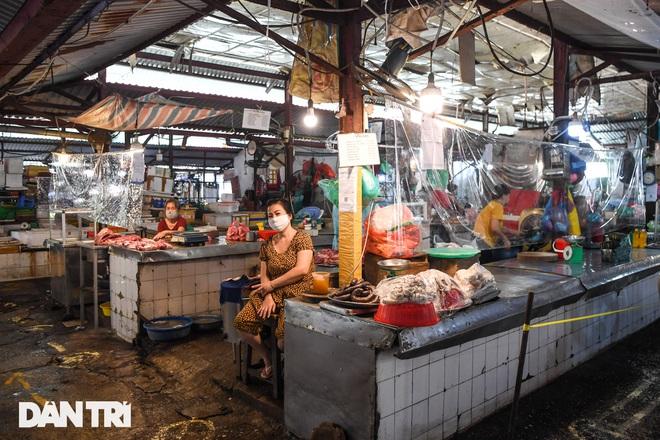 Hà Nội nới lỏng giãn cách, chợ dân sinh nhộn nhịp, tiểu thương phấn khởi - 7