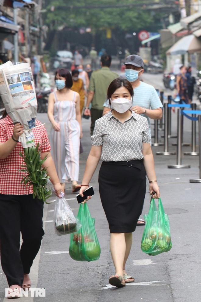 Hà Nội nới lỏng giãn cách, chợ dân sinh nhộn nhịp, tiểu thương phấn khởi - 9