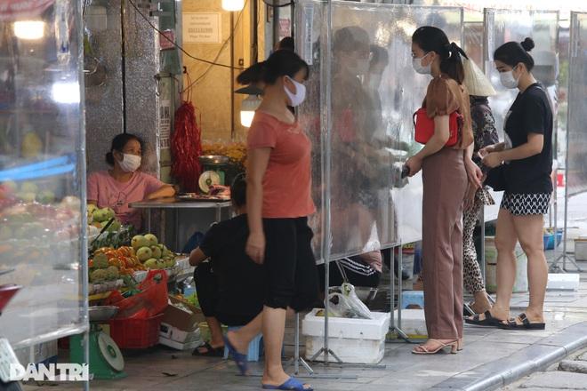 Hà Nội nới lỏng giãn cách, chợ dân sinh nhộn nhịp, tiểu thương phấn khởi - 10