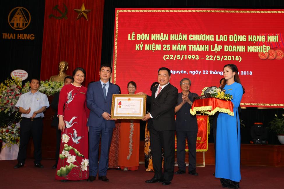 Công ty CPTM Thái Hưng đón nhận Huân chương lao động hạng Nhì dịp kỷ niệm 25 năm ngày thành lập doanh nghiệp